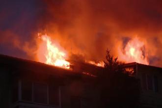 Incendiu de proporții în Timișoara. Aproape 50 de persoane au fost evacuate din blocul cuprins de flăcări