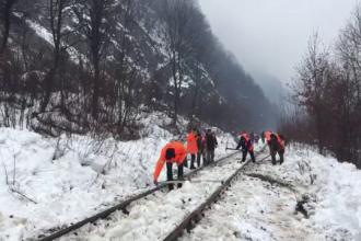 Un tren a deraiat de pe șine, din cauza unor pietre căzute de pe versant. 4 curse, anulate