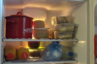 Câte MII DE TONE de mâncare aruncă românii la gunoi de Sărbători. Sfatul psihologilor