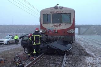 Mașină lovită în plin de tren și târâtă 200 m. Tânărul de la volan n-a avut nicio șansă
