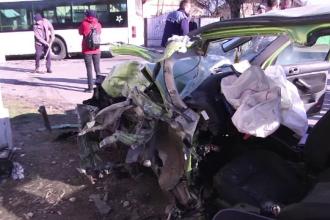 Impact devastator după o depășire periculoasă, în Dâmbovița. O mașină s-a izbit de un autobuz