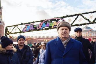 """Un lider rus a împărțit bani alegătorilor din Moscova în timp ce îi numea """"sclavi"""". VIDEO"""