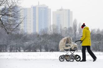 """Un bebeluș a murit înghețat după ce părinții l-au lăsat pe balcon """"să doarmă la aer curat"""""""