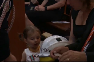 O fetiță rămasă orfană primește casca de pompier a tatălui său, ucis în incendiile din Australia