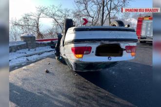Sperietură zdravănă pentru 2 persoane, după ce mașina lor s-a răsturnat într-o curbă