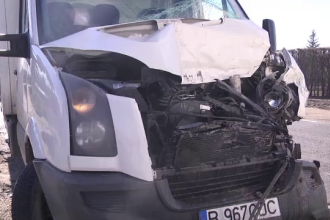 """Accident în Dâmbovița cu un TIR și o dubă. Martor: """"A fost un taxi în față"""""""