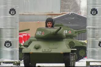 Cea mai nouă distracție în Rusia. Plimbarea cu mini-tancul atrage chiar și pensionarii
