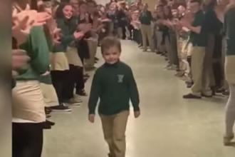 Momentul emoționat în care un copil se întoarce la școală, după 3 ani de lupte cu cancerul