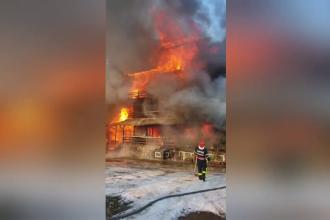 Incendiu uriaș la o pensiune din Brașov. Vecinii, disperați că focul va afecta și casele lor