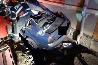 O fată de 19 ani a murit după ce mașina în care se afla a intrat într-un stâlp, în Aiud