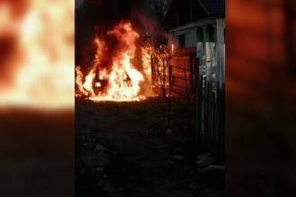 Un bărbat din Gorj a privit neputincios cum mașina sa se face scrum. A fost aproape să îi ia foc și casa