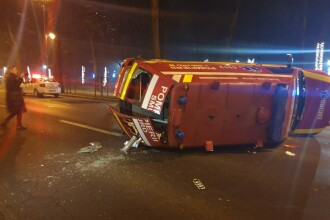 O ambulanță SMURD cu o mamă şi un bebeluş, răsturnată pe şoseaua Kiseleff