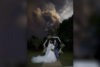 Un cuplu și-a continuat nunta în timp ce un vulcan erupea. Imagini surprinzătoare
