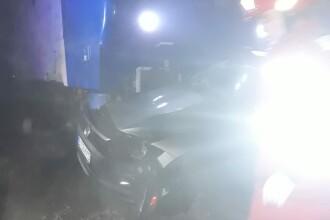 Au intrat cu mașina într-un tren interregio. Pe cine au descoperit la volanul mașinii