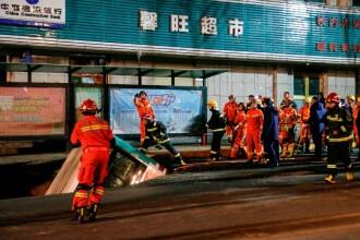 VIDEO. 6 morți în China după ce drumul s-a surpat și a