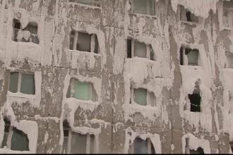 Coșmarul unor familii care locuiesc într-un bloc înghețat la propriu