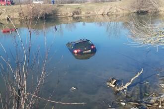 Mașina unui pescar din Bihor a ajuns pe fundul apei, după ce a uitat să tragă frâna de mână