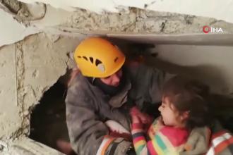 VIDEO emoționant cu momentul în care o fetiță este salvată de sub dărâmături în Turcia