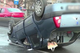 Accident spectaculos la Oradea. Un șofer s-a răsturnat cu mașina după ce a lovit un parapet