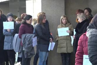 """Grefierii protestează față de eliminarea pensiilor de serviciu. """"Nu putem nici măcar să vindem pulovere"""""""