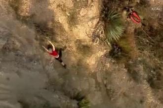 O femeie a rămas atârnată în aer după ce a căzut de pe munte. Imagini dramatice