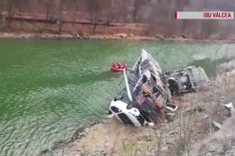 O platformă care transporta mai multe autoturisme a căzut în râul Olt