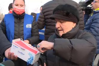 Românii se apără de gripă cu măşti făcute în China. De ce trebuie aruncate după 4 ore