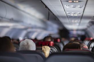 Mamă, tată și fiică, obligați să coboare dintr-un avion din cauza mirosului lor