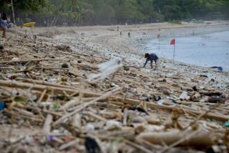 """Plajele din Bali sunt """"sufocate"""" de gunoaie. Autoritățile se luptă cu tone de deșeuri. GALERIE FOTO"""