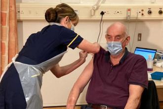 Un bărbat de 82 de ani din Marea Britanie este prima persoană din lume care a primit serul Oxford/AstraZeneca