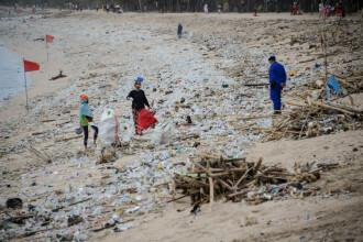 """Plajele din Bali, """"sufocate"""" de gunoaie"""