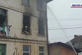Panică într-un bloc din Dâmbovița, după ce un apartament a fost mistuit de flăcări