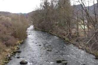 Bătrân din Bistrița, găsit mort în râul care curgea la marginea grădinii sale. Cum ar fi ajuns acolo