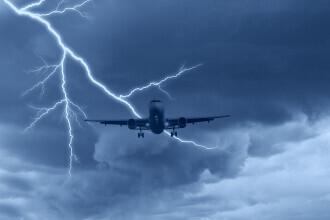 Un avion cu 90 de români la bord a fost lovit de fulger în Italia. Care este starea pasagerilor