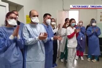 Bătrână de 95 de ani tratată de coronavirus la Timișoara, externată în aplauzele medicilor și asistentelor