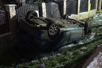 S-a răsturnat cu mașina în curbă, i-a înjurat pe martori și a fugit. Pasagerii au rămas captivit în autoturism