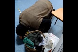 Un bătrân căzut în genunchi a fost lăsat să agonizeze mai multe ore în spitalul din Corabia. VIDEO