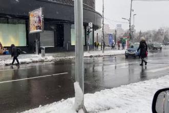 Ninsoarea a făcut din nou probleme în București. Tramvai deraiat și sute de blocuri fără apă caldă și căldură