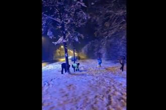 VIDEO Doi polițiști din Sibiu s-au luat la bătaie cu bulgări de zăpadă cu doi copii