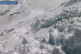 Imagini spectaculoase surprinse de un snowboarder, luat prin surprindere de o avalanșă