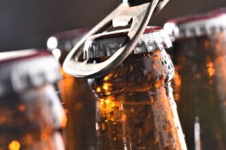 Un bărbat a băgat o sticlă de bere la congelator și a uitat de ea. Surpriza pe care a avut-o când l-a deschis