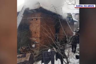 O casă a ars ca o torță în Câmpulung Muscel. Cum a reușit proprietara să se salveze