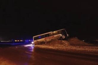 Un autocar a ajuns pe un morman de zăpadă, în mijlocul unui sens giratoriu. Vehiculul ar fi derapat pe șoseaua alunecoasă