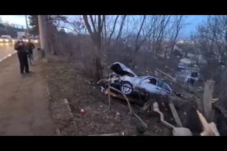 Accident grav în Suceava. O mașină scăpată de sub control a intrat pe trotuar, a lovit un pieton și s-a oprit într-o râpă