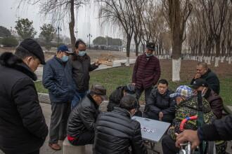 FOTO. Viața aproape a revenit la normal în Wuhan. Oamenii merg în baruri sau în parc fără măști