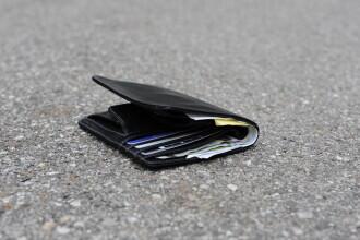 Ce au făcut o femeie și fiul ei după ce au găsit un portofel într-o parcare din Bacău