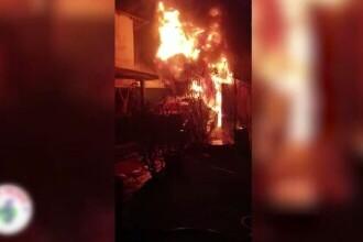 Incendiu violent în București. Trei case au fost distruse de flăcări