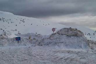 O avalanșă în Munții Bucegi a blocat o șosea din Dâmbovița. Avertismentul autorităților