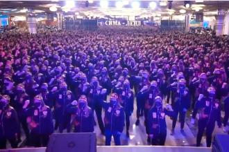 """Manifestație în stil nord-coreean, cu dans și cântece patriotice, într-un oraș din Rusia. """"Putin este președintele nostru!"""""""