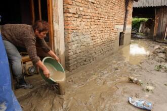 Inundatii in Hunedoara. Un potop de 30 de minute a dus la blocarea unui sat